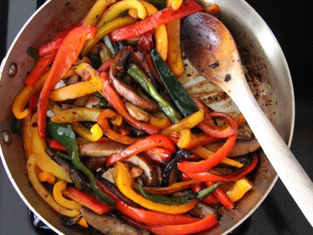 Receta de peperonata colorida morrones salteados - Como hacer pimientos verdes fritos ...