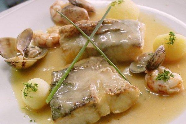 Receta de lomos de pescado con vino blanco y champignon - Cocinar merluza en salsa ...